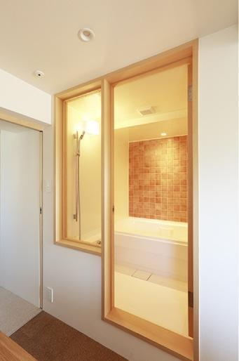『知事公館前の家』おおらかで明るい空間づくりの部屋 オレンジのタイル壁が映える浴室