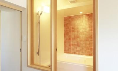 『知事公館前の家』書家のためのおおらかで明るい空間づくり (オレンジのタイル壁が映える浴室)