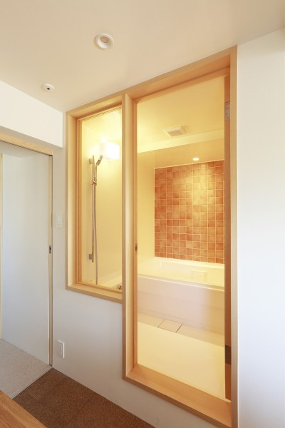 オレンジのタイル壁が映える浴室 (『知事公館前の家』書家のためのおおらかで明るい空間づくり)