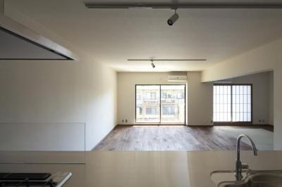 キッチンからの眺め (『二子玉川の家』風が通り抜ける落ち着きのある空間に)
