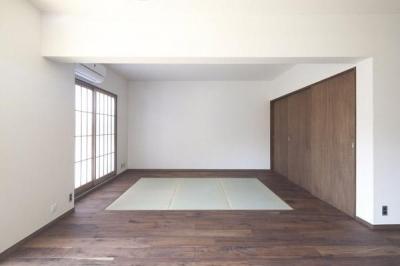 リビング内の畳スペース (『二子玉川の家』風が通り抜ける落ち着きのある空間に)