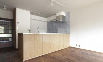 淡いブルータイルがアクセントのキッチン-1|『二子玉川の家』風が通り抜ける落ち着きのある空間に