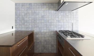淡いブルータイルがアクセントのキッチン-2|『二子玉川の家』風が通り抜ける落ち着きのある空間に