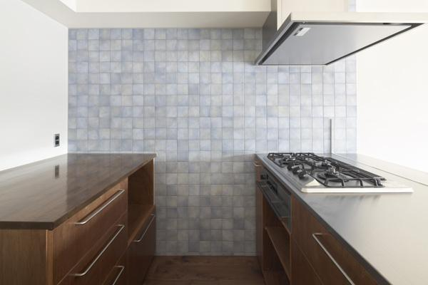 『二子玉川の家』風が通り抜ける落ち着きのある空間に (淡いブルータイルがアクセントのキッチン-2)