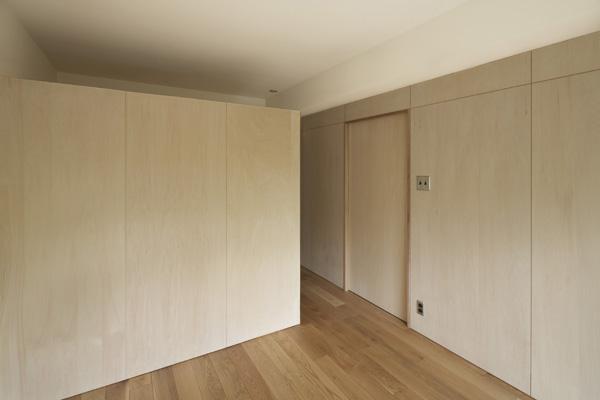 『二子玉川の家』風が通り抜ける落ち着きのある空間に (明るい木目の寝室)