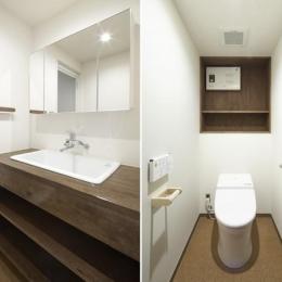 『二子玉川の家』風が通り抜ける落ち着きのある空間に (シンプルな洗面室・トイレ)