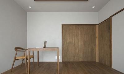 二子新地の家 木造アパートの一階を庭を楽しめる住居兼事務所に|改修 (落ち着いた色調の洋室)