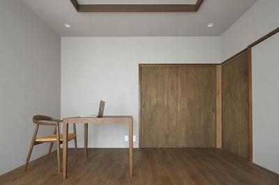 落ち着いた色調の洋室 (『二子新地の家』雪見障子越しに庭を眺める住まい)