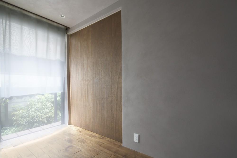 二子新地の家 木造アパートの一階を庭を楽しめる住居兼事務所に|改修 (落ち着いた色調の木製建具)