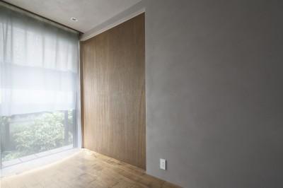 落ち着いた色調の木製建具 (二子新地の家 木造アパートの一階を庭を楽しめる住居兼事務所に|改修)