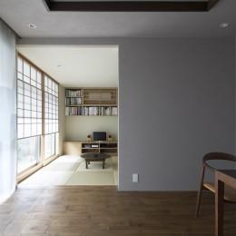 二子新地の家 木造アパートの一階を庭を楽しめる住居兼事務所に|改修-茶の間を見る