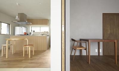二子新地の家 木造アパートの一階を庭を楽しめる住居兼事務所に|改修 (木目の色調が異なる2部屋)