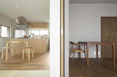 木目の色調が異なる2部屋 (『二子新地の家』雪見障子越しに庭を眺める住まい)