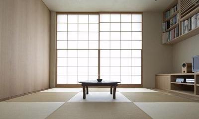 茶の間-寛ぎの畳リビング|『二子新地の家』雪見障子越しに庭を眺める住まい