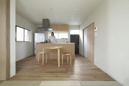 『二子新地の家』雪見障子越しに庭を眺める住まい (茶の間より食堂を見る)