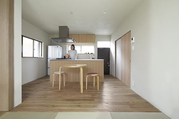 茶の間より食堂を見る (二子新地の家 木造アパートの一階を庭を楽しめる住居兼事務所に|改修)