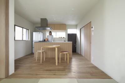 二子新地の家 木造アパートの一階を庭を楽しめる住居兼事務所に|改修 (茶の間より食堂を見る)