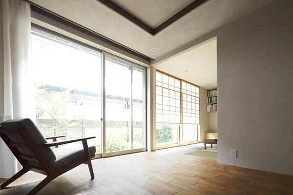 『二子新地の家』雪見障子越しに庭を眺める住まいの部屋 庭を取り込む明るい空間