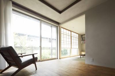 庭を取り込む明るい空間 (二子新地の家 木造アパートの一階を庭を楽しめる住居兼事務所に|改修)