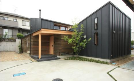 『多賀城のコートハウス』中庭を囲む2世帯住宅の写真 ガルバリウム鋼板と杉のよろい貼りの外観