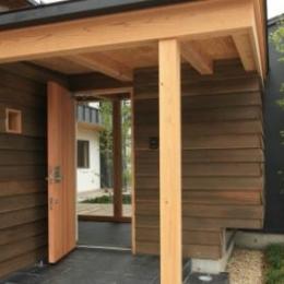 『多賀城のコートハウス』中庭を囲む2世帯住宅 (玄関ポーチ)