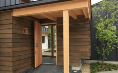 玄関ポーチ (『多賀城のコートハウス』中庭を囲む2世帯住宅)