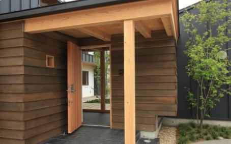 『多賀城のコートハウス』中庭を囲む2世帯住宅の部屋 玄関ポーチ