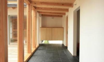 『多賀城のコートハウス』中庭を囲む2世帯住宅 (風を呼び込む地窓のある玄関土間)