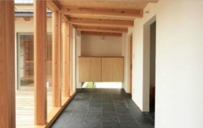 風を呼び込む地窓のある玄関土間 (『多賀城のコートハウス』中庭を囲む2世帯住宅)
