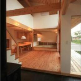 『多賀城のコートハウス』中庭を囲む2世帯住宅 (土間とリビングダイニング)