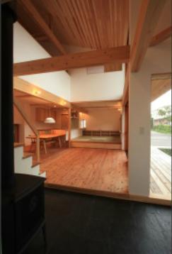 『多賀城のコートハウス』中庭を囲む2世帯住宅の部屋 土間とリビングダイニング