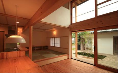 『多賀城のコートハウス』中庭を囲む2世帯住宅の部屋 リビングダイニングと中庭