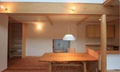 『多賀城のコートハウス』中庭を囲む2世帯住宅 (木の温もり感じるダイニング)