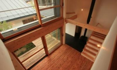 吹き抜けの子世帯リビング|『多賀城のコートハウス』中庭を囲む2世帯住宅