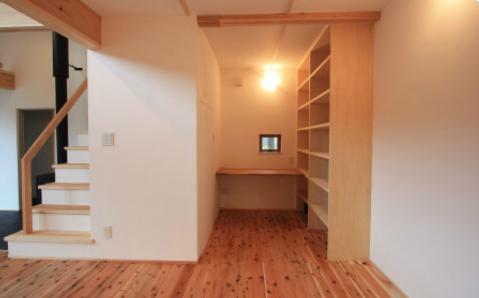 『多賀城のコートハウス』中庭を囲む2世帯住宅の部屋 落ち着いた書斎コーナー