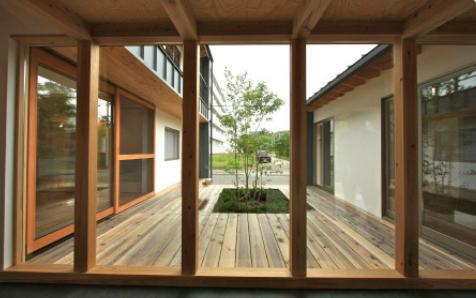 『多賀城のコートハウス』中庭を囲む2世帯住宅の部屋 開放的な中庭