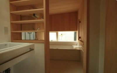 『多賀城のコートハウス』中庭を囲む2世帯住宅 (青森ヒバの浴室)