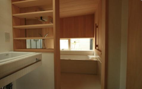 『多賀城のコートハウス』中庭を囲む2世帯住宅の写真 青森ヒバの浴室