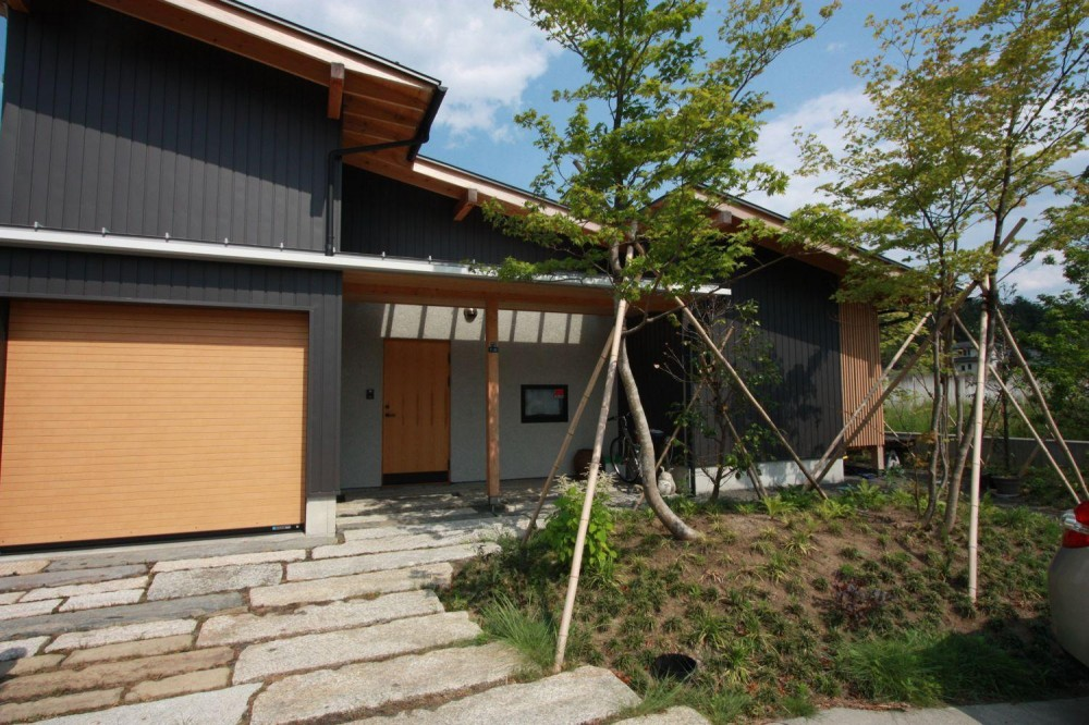 『白石の家』掘りごたつのある1.5層住宅 (片流れ屋根の外観)