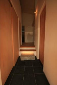 『白石の家』掘りごたつのある1.5層住宅の部屋 沓脱ぎ石のある玄関