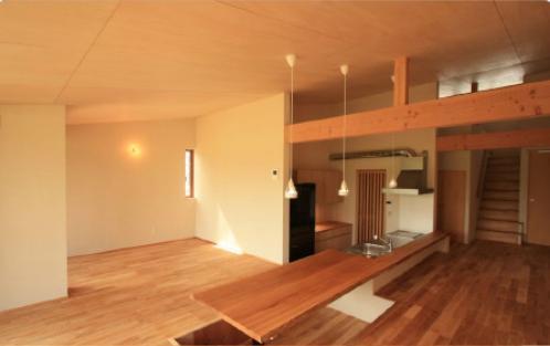 『白石の家』掘りごたつのある1.5層住宅の部屋 掘りごたつとキッチン