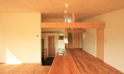 『白石の家』掘りごたつのある1.5層住宅 (掘りごたつよりロフトを見る)