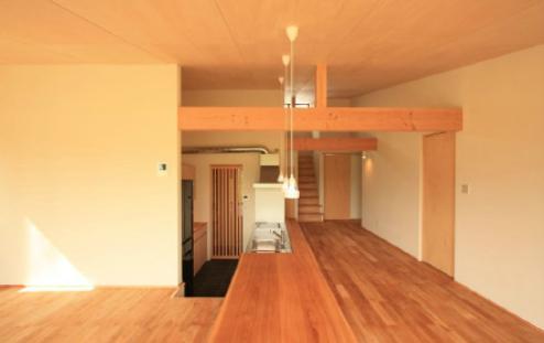 『白石の家』掘りごたつのある1.5層住宅の部屋 掘りごたつよりロフトを見る