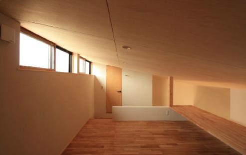 『白石の家』掘りごたつのある1.5層住宅の部屋 柔らかな光の入るロフトスペース