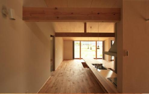 『白石の家』掘りごたつのある1.5層住宅の部屋 風景を取り込む開放的なLDK