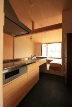 『白石の家』掘りごたつのある1.5層住宅の部屋 土間のキッチン