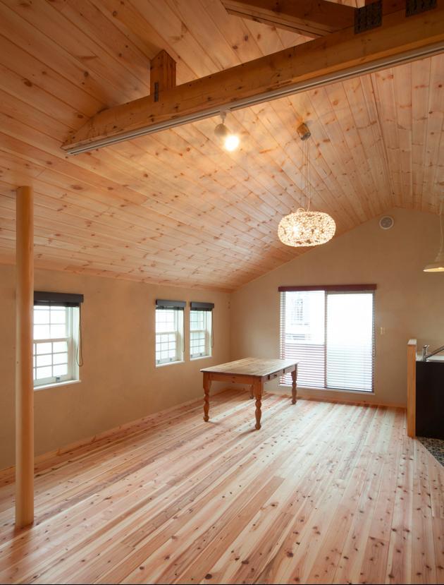 東京都目黒区・斜天井にパイン材を貼り、涼やかな空間にの写真 木の温もりに溢れたリビング