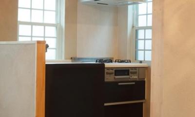東京都目黒区・斜天井にパイン材を貼り、涼やかな空間に (モロッコ調タイル床のキッチン)