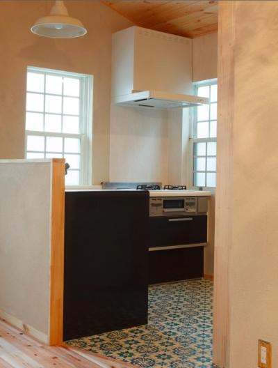 モロッコ調タイル床のキッチン (東京都目黒区・斜天井にパイン材を貼り、涼やかな空間に)