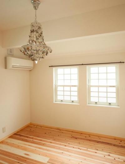 東京都目黒区・斜天井にパイン材を貼り、涼やかな空間に (ミッキーシャンデリアがアクセントの個室)